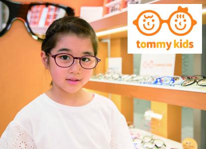 tommy kidsのメガネをかけた女の子